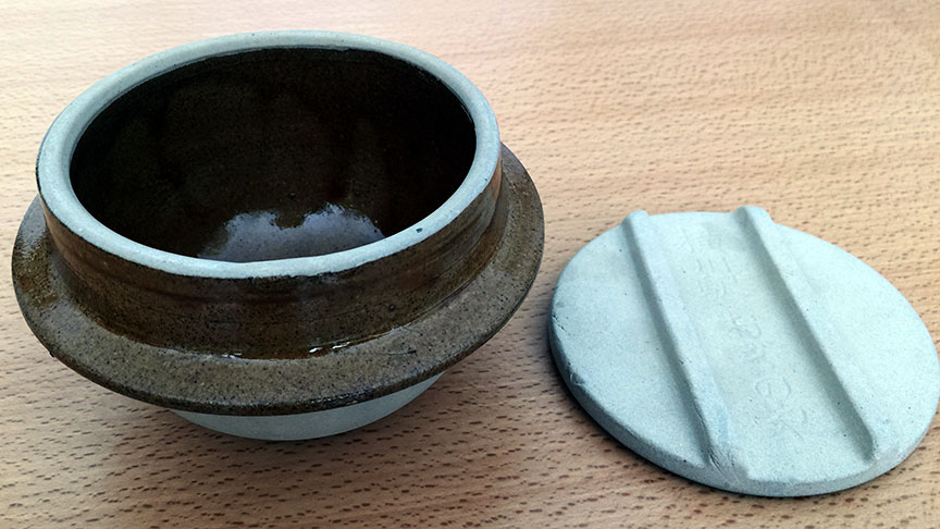 Kettle-shaped container for kamameshi, made in Mashiko, sold at Yokogawa station, ca. 1967–1970. Collection of Alice North.
