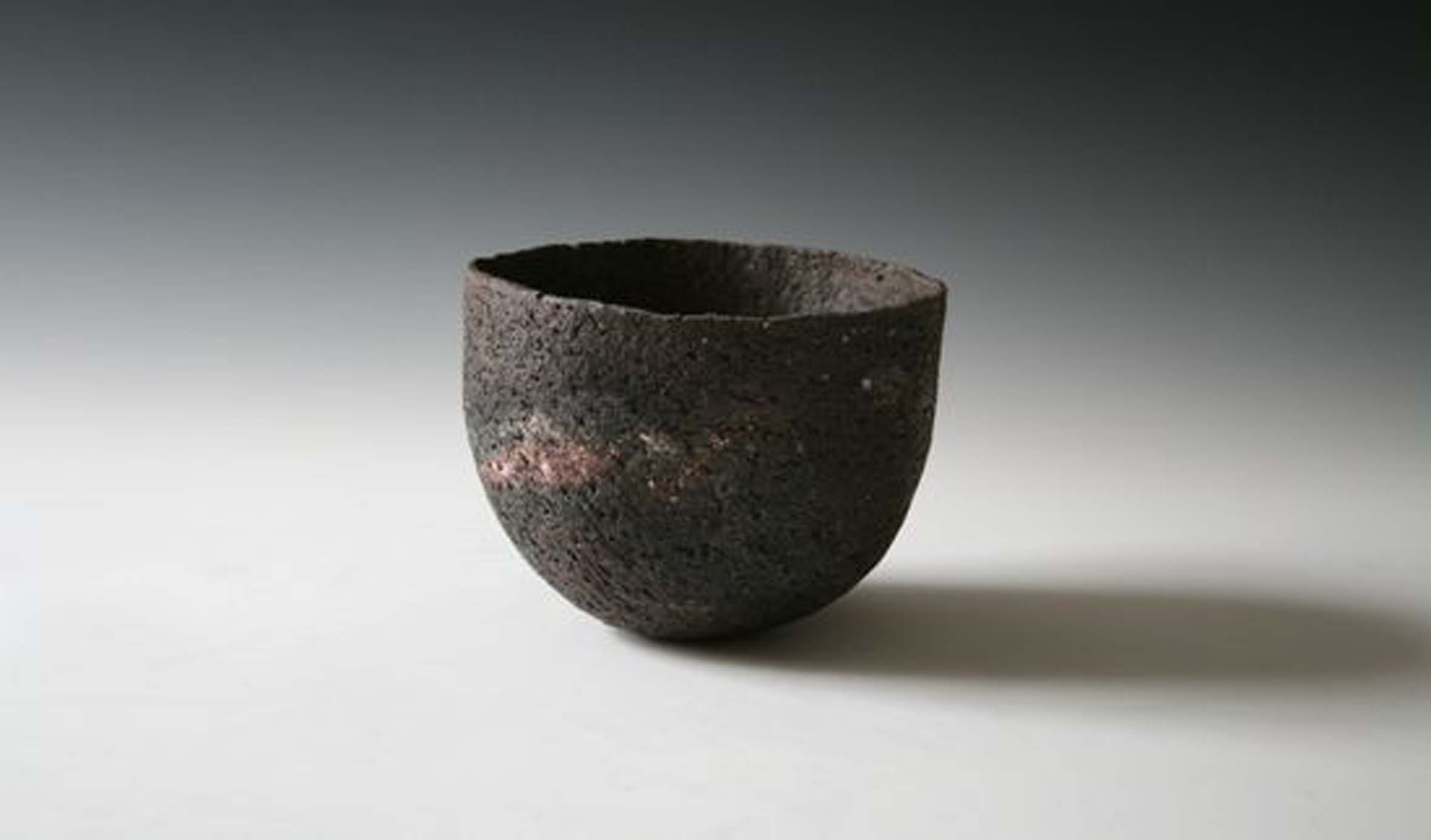 Elspeth Owen. Coarse Dark Bowl, 2012. Pinched clay fired with oxides and seaweed, approx. 5 x 5.5 x 5.5 in. Photo by author.