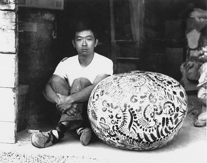 Henry Takemoto with one of his coiled glazed stoneware pots at the studio of John Mason and Peter Voulkos, Los Angeles, ca. 1959. Image source: blogs.getty.edu