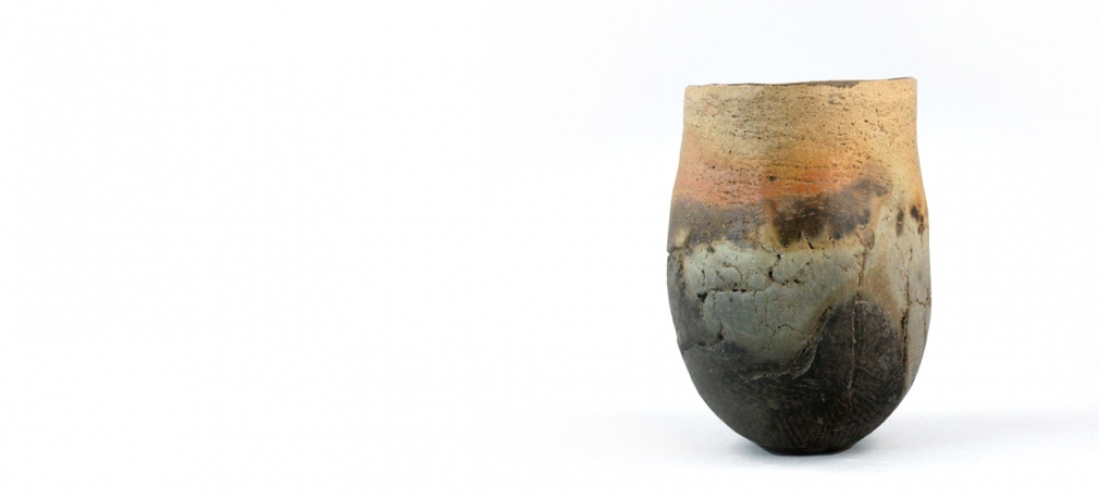 Elspeth Owen. Vessel, 1987. Pinch pot, Earthstone clay fired with oxides and seaweed, approx. 8 x 5 x 5 in. Photo by author.