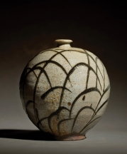 Willi Singleton. Woodfired Vase with Grass Pattern, 2017. Hawk Mountain and Chesapeake clays, white slip, creek clay, wood ash glaze. 8.5 x 8 x 8 in. Photograph by KenEk Photography.
