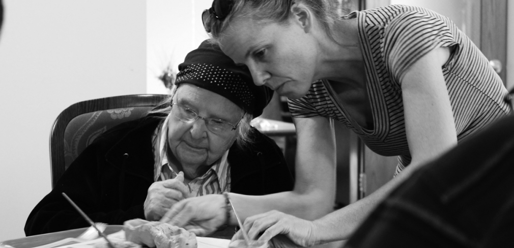 NCC teaching artist Angie Renee assists residents at Martin Luther Meadow Woods memory care facility, 2017. Photograph by Alison Beech.